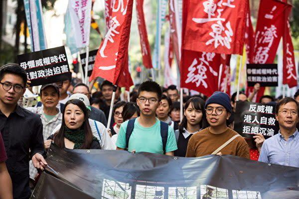 홍콩 주재 중국 고위 관리가 최근 홍콩 일국양제를 부정하는 발언을 쏟아냈다. 사진은 12월 3일 홍콩에서 열린 대규모 민주화 시위 모습. (ISAAC LAWRENCE / AFP / Getty Images)