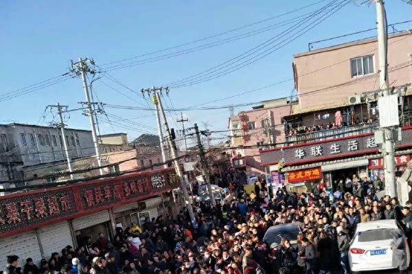 '국제 인권의 날'인 12월 10일, 베이징(北京)시 각지에서 저소득층 이주 노동자에 대한 당국의 강제 퇴거 조치에 항의하는 시위가 잇따라 일어났다.   네티즌이 중국 SNS 웨이보(微博)에 게시한 사진
