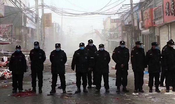 베이징시(北京) 다싱(大興)구에서 발생한 화재 참사 이후 중국 공산당은 안전 확보라는 명목으로 대규모 조사를 시행했다. 이에 따라 '디돤런커우(低端人口·하층민)로 지정된 몇 십만 명에 달하는 이주노동자들에게 퇴거 명령을 내렸다. 누리꾼들은 이러한 폭압적 행태를 두고 마치 유태인을 청산하는 나치 친위대 같다고 표현했다. | 네티즌 제공