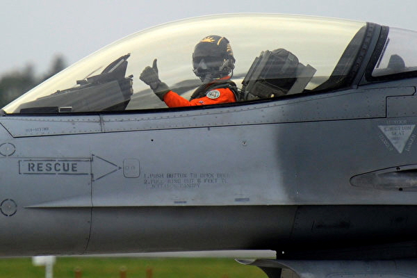 2013년 1월 23일 대만 공군 기지에서 열린 군사 훈련에 미국 'F-16' 전투기가 참가했다. | Photo credit should read SAM YEH/AFP/Getty Images