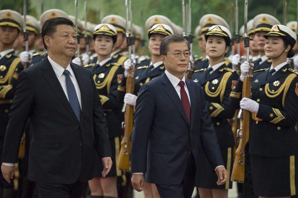 문재인 대통령은 14일 오후 시진핑(習近平) 중국 국가주석의 주최로 베이징(北京)에서 열린 환영 행사에 참석했다. 두 정상은 이어서 공식 회담을 가졌다. | Getty Images