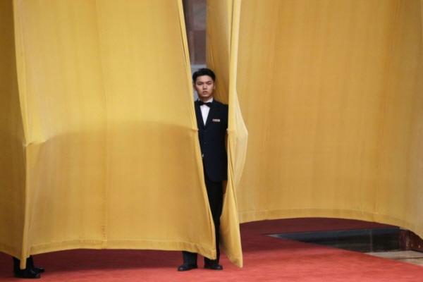 경제 단체연합회(경단련), 일본상공회의소 등으로 구성된 방중단은 11월 21일 베이징의 인민대회당에서 리커창 총리와 회담을 했다. 사진은 회의장 밖의 경비원. | ASON LEE/AFP/Getty Images