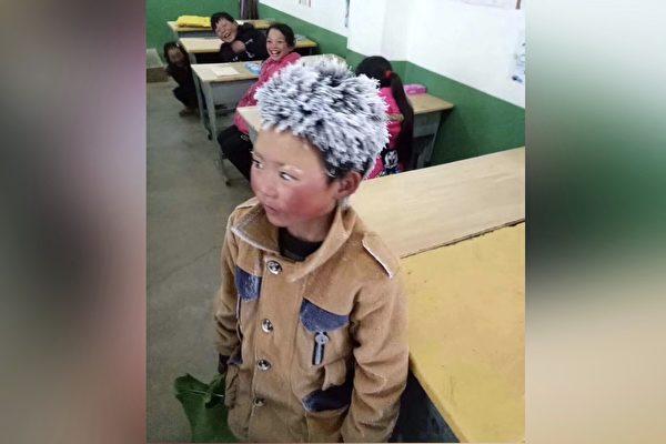 1월 9일 윈난(雲南)성 자오퉁(昭通)시에서 8살 소년이 엄동설한에 도보로 등교해 눈이 머리카락에 얼어붙어 '얼음꽃'이 됐다. 현재 중국에는 안전하고 따뜻한 교실과 가정이 없는 '얼음꽃' 아이들이 수만 명에 이른다.   웨이보 사진