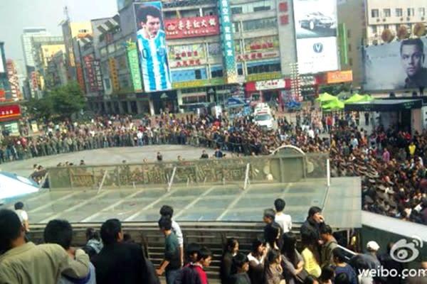 중국 장쑤(江蘇)성 난징(南京)시에서 최근 대규모 시위가 발생했다. 성 정부는 시위 진압을 위해 모든 부처와 지역 전체에서 6,000여 명의 경찰력을 동원했다.  | 중국 SNS웨이보