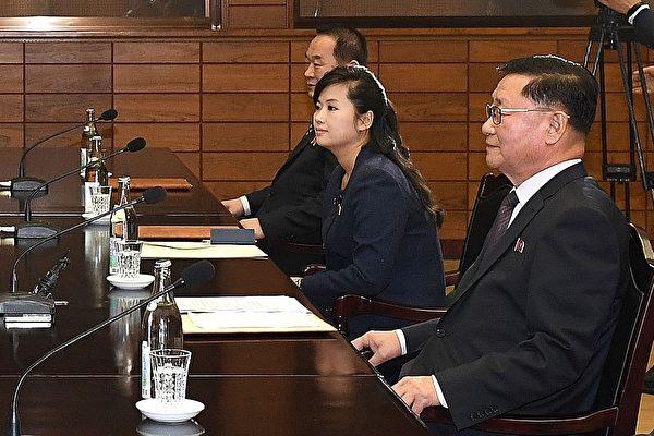 1월 15일 한국과 북한은 판문점에서 북한 예술단 파견 실무접촉을 진행했다. 북한 대표단에는 모란봉 악단의 현송월 단장(오른쪽 두 번째)이 포함되었다. | South Korean Unification Ministry via Getty Images