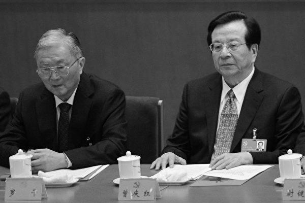 2012년 11월 14일, 18차 당대회 폐막식에 참석한 뤄간(羅幹, 왼쪽) 전(前) 중국 공산당 정법위 서기와 쩡칭훙(曾慶紅, 오른쪽)의 모습.   GOH CHAI HIN/AFP/Getty Images