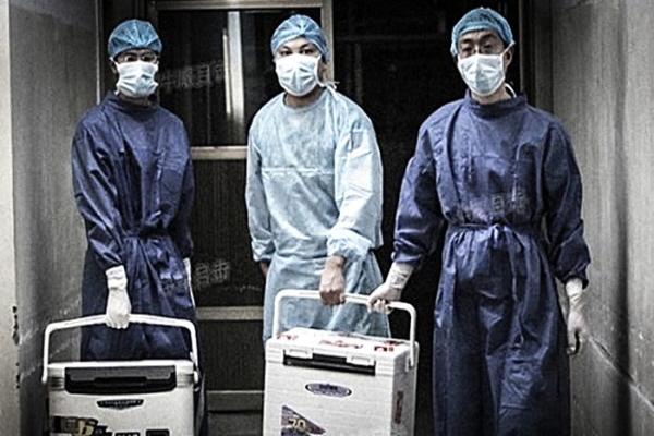 중국 허난성(河南省) 병원, 2012년 8월 16일 이식수술을 위한 장기를 운반하는 의사 | Sohu.com