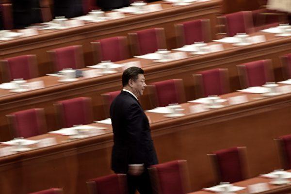 시진핑(習近平) 주석은 오직 중국 공산당 체제 바깥에서만 돌파구를 찾을 수 있다. 우선 장쩌민(江澤民)을 체포하고 공산당을 포기하는 것이야말로 시 주석이 위기의 국면을 벗어날 수 있는 효과적인 수단이다. 투서기기(投鼠忌器, 쥐를 잡고 싶으나 그릇을 깰까 꺼린다) 할 필요가 없는 것이다. | FRED DUFOUR/AFP/Getty Images