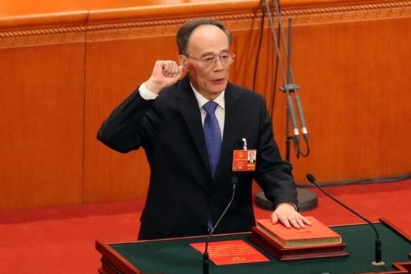 왕치산(王岐山) 전 중앙기율검사위원 서기가 17일 전인대에서 국가 부주석에 선출된 후, 헌법 선서를 하고 있다. | AFP/Getty Images