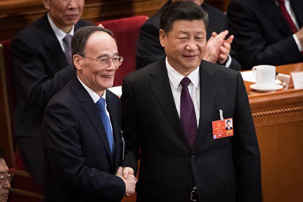 왕치산(王岐山) 전 중앙기율검사위원 서기가 17일 전인대에서 국가 부주석에 선출된 직후, 시진핑 국가주석과 악수하고 있다.| AFP/Getty Images