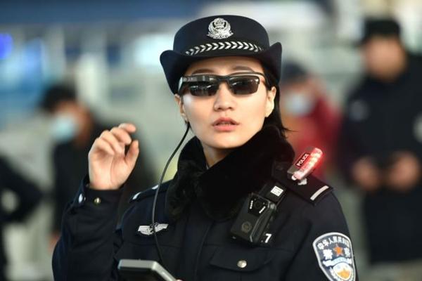 허난(河南)성 정저우(鄭州)시 기차역에서 역내 보안을 담당하는 여성 경찰관이 선글라스 형태의 장치를 착용하고 있다. | Getty Images