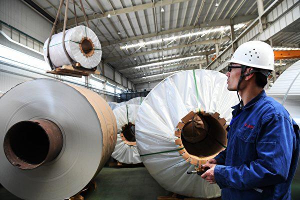 사진설명: 중국의 일부 공장에서는 노동자들에게 무선 센서가 달린 특수 모자를 쓰고 일하게 한다. 이 센서는 노동자들의 뇌파를 실시간으로 측정해 인공지능(AI) 컴퓨터로 보내며 회사는 이런 데이터를 바탕으로 생산 속도를 조절하고, 작업 프로세스를 재구성한다. | AFP/Getty Images