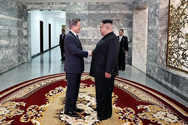 문재인 대통령은 토요일인 5월 26일 오후 3시부터 5시까지 남북 접경 판문점 북측 통일각에서 북한 김정은과 만났다. | 청와대 공동취재단