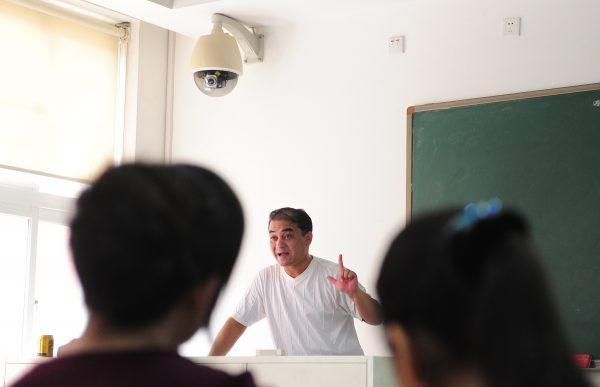 일엄 토흐티 교수가 강의 중인 베이징 어느 대학 교실의 강단 위쪽에 설치된 감시카메라. 2010년 6월 12일 중국 베이징 | Frederic J. Brown/AFP/Getty Images