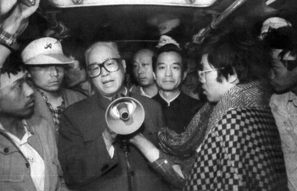 1989년 5월 19일, 자오쯔양(趙紫陽)과 원자바오(溫家寶)은 천안문 광장에서 단식 농성을 진행하고 있는 학생들을 만났다. 이후 덩샤오핑(鄧小平)은 두 인물을 당 안팎의 모든 직무에서 해임했다. 자오쯔양은 2005년 사망할 당시까지 가택 연금에 처해진 상태였다. | AFP