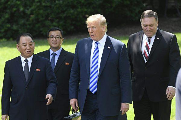 지난 6월 1일 금요일, 도널드 트럼프 미국 대통령이 백악관에서 북한 특사 김영철과 면담했다. 이 자리에서 김영철은 트럼프에게 김정은 북한국무위원장의 친서를 전달했고, 면담 후 트럼프는 북미정상회담이 예정대로 열릴 것이라고 발표했다.   AFP PHOTO/Saul LOEB