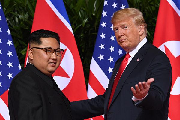 트럼프 미국 대통령이 12일 오전 9시 4분에 싱가포르에서 김정은 북한 위원장과 인사를 주고받고 악수를 하며 사진을 찍고 있다. 73년 만에 양쪽 지도자들이 만나 새 국면을 열었다.(SAUL LOEB / AFP)