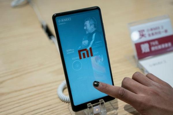 샤오미 스마트폰이 2018년 5월 2일 베이징의 한 매장에 전시돼 있다.   Fred Dufour AFP/Getty Images