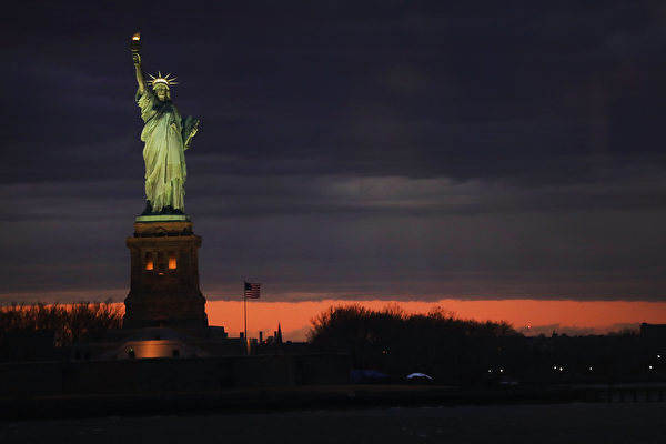 6월 20일, 미국의 싱크탱크인 허드슨 연구소는 '미국을 비롯한 서방국가들은 중국 공산당의 대외 개입 활동에 어떻게 대처해야 하는가'라는 제하의 최신 보고서와 관련, 서방국가에 대한 중공의 침투활동을 토론하는 세미나를 개최했다. 사진은 뉴욕의 자유여신상.   Spencer Platt/Getty Images