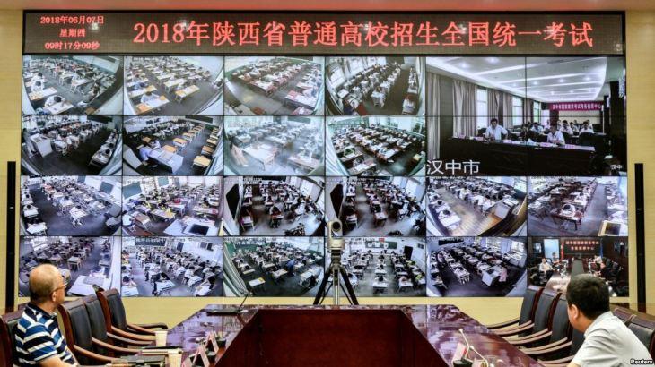 2018년 6월 7일, 중국 산시(陕西)성 시안(西安)에서 1년에 한 번 있는 전국 대학입시(高考)가 실시됐다. 감시카메라로 고교생들의 모습을 감시하는 감시원 | VOA