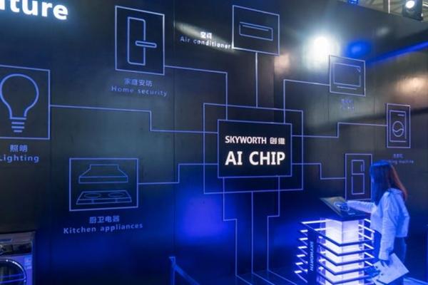 2018년 6월 13일, 상하이에서 개최된 국제 전자제품 박람회(Consumer Electronics Show) 아시아에서 실시된 스카이워스(創維)의 인공지능(AI) 칩 발표회 가운데, 한 여성이 말하고 있다. | AFP/Getty Images