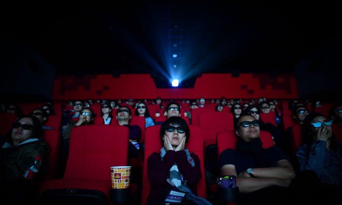 2018년 4월 27일, 사람들이 산둥성 칭다오시에 위치한 완다그룹의 동팡잉두(東方影都) 영화관에서 영화를 보고 있다. | Wang Zhao/AFP/Getty Images