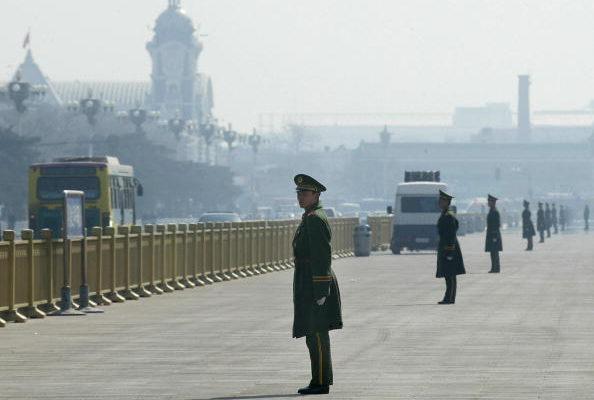 베이징 경찰이 톈안먼 광장에서 경비를 삼엄하게 서고 있다. | AFP/Getty Images