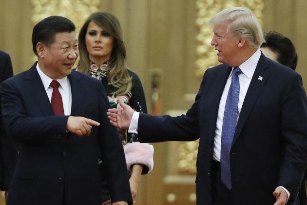 도널드 트럼프 대통령과 중국 지도자 시진핑이 인민대회당 국빈만찬장에 들어서고 있다. 2017년 11월 9일, 중국 베이징   Thomas Peter-Pool/Getty Images