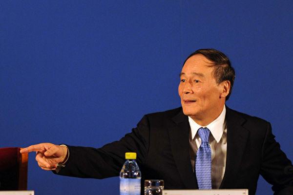 중국 공산당 중앙 외사공작위원회 위원이 된 왕치산(王岐山)이 시진핑 주임과 리커창 부주임 바로 뒤에 서있다. | Getty Images