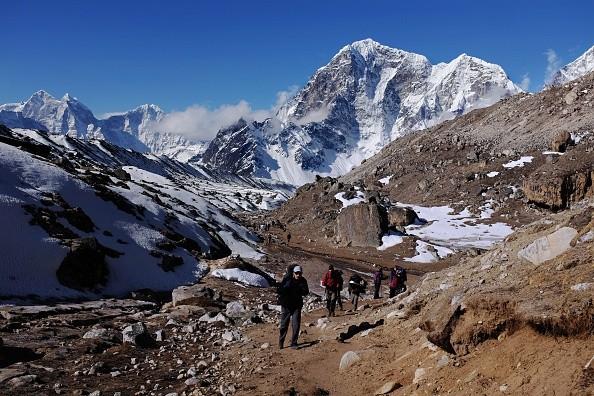 2015년 4월 24일 걷기 여행자와 등산가들이 히말라야를 잇는 네팔 동북쪽 에베레스트 야영장으로 걸어가고 있다. 다음 날 이 지역에서 규모 7.8명의 지진이 발생해 최소 8천800명이 사망했다. | ROBERTO SCHMIDT/AFP/Getty Images