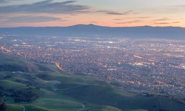 미국 캘리포니아주 밀피타스 근방 모뉴먼트피크에서 바라본 실리콘밸리의 모습   Yuval Helfman/Shutterstock