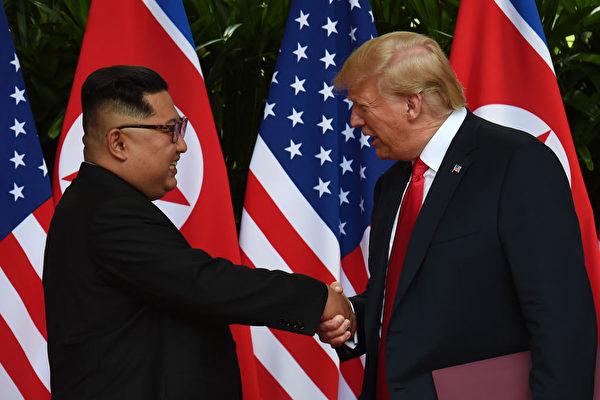 사진은 6월 12일 도널드 트럼프 미국 대통령이 북한 지도자 김정은과 역사적인 회동을 하는 모습   ANTHONY WALLACE/AFP/Getty Images