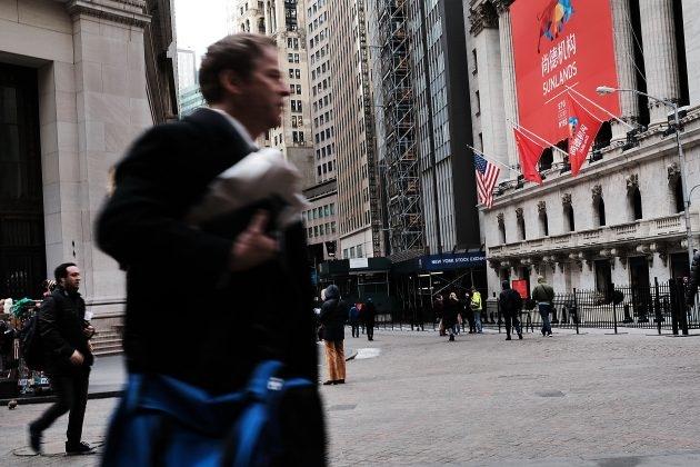 중국 기업의 미국 IPO가 이뤄진 2018년 3월 23일 당일, 뉴욕 증권 거래소 앞에 오성홍기(五星紅旗, 중국 국기)가 매달려 있다.   Spencer Platt/Getty Images