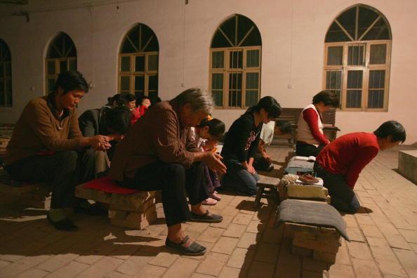기독교인들이 허난성 옌스(偃師)시 외곽의 마을 교회에서 미사 중에 기도하고 있다. 2006년 10월 6일. | China Photos/Getty Images