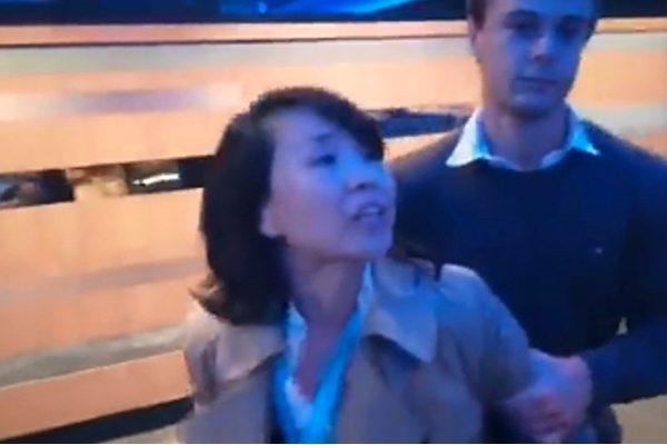 지난달 30일 영국 국회의원 피오나 브루스(Fiona Bruce) 여사 주최로 열린 '홍콩의 자유, 법치, 자치가 침식당했다'는 주제의 콘퍼런스에서 런던 주재 특파원 쿵린린(孔琳琳)이 회의장에서 사람을 폭행한 후 체포됐다. | 영상 캡쳐