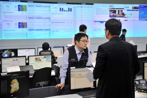 한국인터넷진흥원은 브리핑룸에서 사이버 공격을 점검하고 있다. | Jung Yeon-Je/AFP/Getty Images