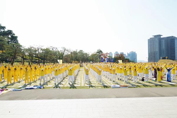 아시아법회에 참석한 파룬궁 수련자들이 단체연공을 하고 있다.(김국환 기자)