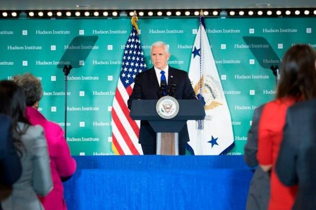 마이크 펜스 미국 부통령이 2018년 10월 4일 워싱턴 DC의 허드슨 연구소에서 대중 정책에 대해 연설을 하고 있다. 펜스는 중국이 선거 개입을 통해 미국 백악관의 권력 변화를 모색했다고 비난했다. | JIM WATSON/AFP/Getty Images