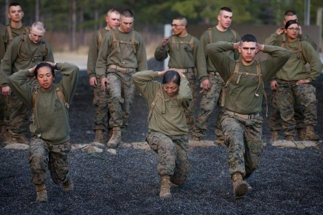 미 해군 병사들이 2013년 2월 20일 해군 전투훈 련 기간 중 캠프 리준에서 실시된 실전 연습에 임하고 있다.   Scott Olson/Getty Images