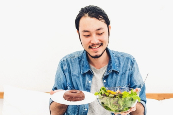 음식에 대한 갈망은 감정과 미생물이 함께 만들어낸 복잡한 메커니즘의 산물이다. 하지만 정크푸드를 향한 건강하지 못한 음식 갈망으로 고군분투하는 사람은 아래 소개될 방법을 활용해보시길.(셔터스톡)