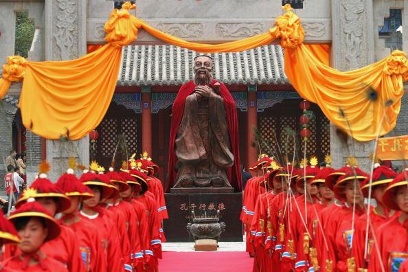오늘날중국공산당은자신들이과거그토록혐오했던공자를저승에서다시불러냈다.지하에있던공자는이제중국공산당문화를세계에알리기위해,교육부에서관할하는'공자학원'의전속모델이된것이다.사진은중국창춘시에서개최된공자탄생기념식장면   Getty Images