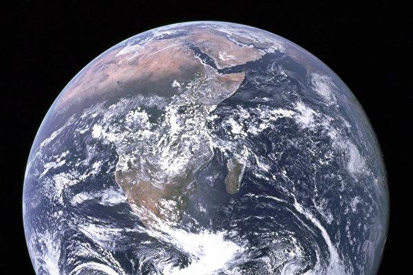 현재 엄청난 양의 바닷물이 지구의 내부로 들어가고 있다. 하지만 흘러들어간 바닷물이 어느 지점에 도달하는 지는 아직까지 밝혀지지 않았다는 연구 결과가 나왔다. 위는 대기권 밖에서 지구를 촬영한 사진. | NASA