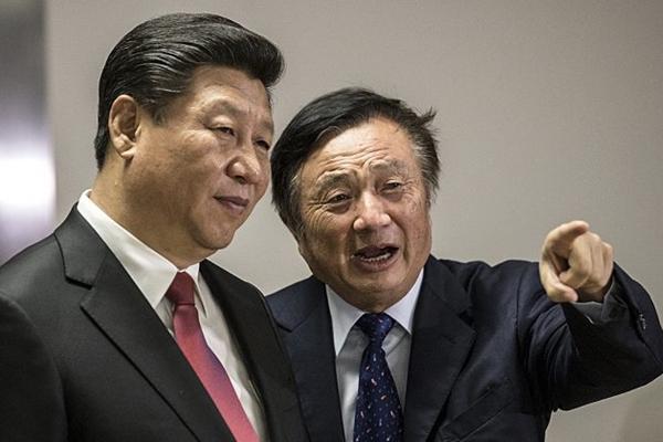 화웨이 런정페이 회장이 시진핑 중국 국가주석에게 2015년 10월 21일 런던에서 회사 사무실 근처를 보여주고 있다.   MATTHEW LLOYD/AFP/Getty Images