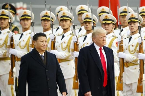 미국 대통령 도널드 트럼프가 중국 국가주석 시진핑과 함께 2017년 11월 19일 베이징에서 열린 환영 행사에 참석하고 있다. | Thomas Peter-Pool/Getty Images