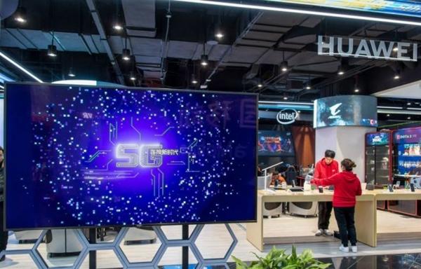 2018년 12월 20일 상하이에 있는 차이나모바일 5G 체험 센터에 화웨이 부스가 보인다. | STR/AFP/Getty Images