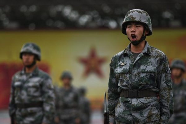 중국 인민해방군 사관 후보생들이 7월 22일 베이징에서 훈련을 하고 있다. 중국 군대는 훈련을 줄이는 대신 공산주의 교리를 공부하는 새로운 기준을 만들고 있다.   Greg Baker/AFP/Getty Images