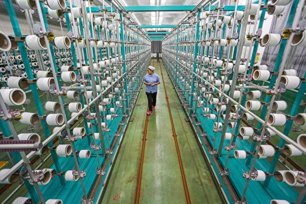 중국의 경기 둔화가 무역전쟁으로 더욱 심각해진 가운데 미국의 관세 조치에 직격탄을 맞은 제조업은 어떻게 헤쳐나갈지, 얼마나 버틸수 있을지 알 수 없다. 사진은 장쑤성의 한 방직공장 | AFP/Getty Images