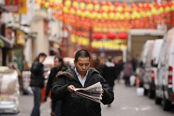 해외차이나타운에서신문을보고있는중국인. | OliScarff/GettyImages