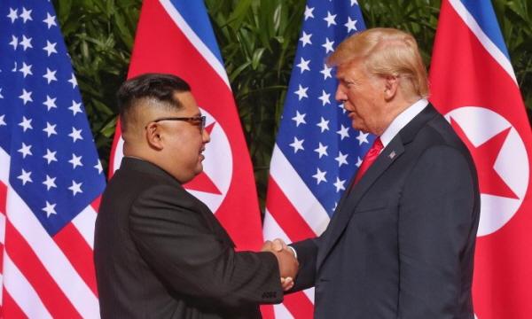 역사적 첫 북미정상회담이 열린 12일 오전 싱가포르 센토사 섬의 카펠라 호텔에서 김정은 북한 국무위원장과 도널드 트럼프 미국 대통령이 회담에 앞서 악수를 나누고 있다. | Handout/Getty Images