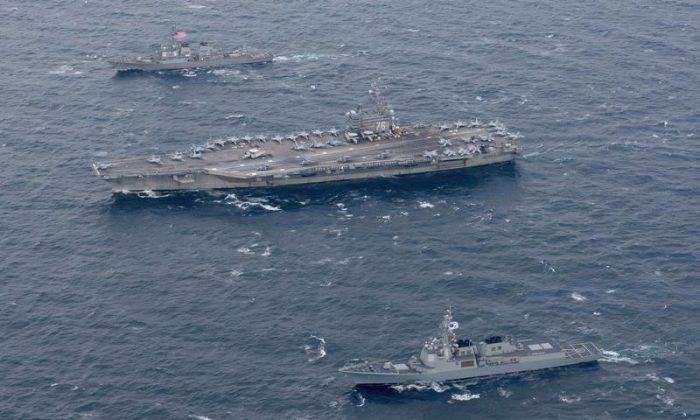 2017년 10월 18일, 동해상의 대한민국 해군함 옆을 지나고 있는 미국의 니미츠급 항공모함 USS 로널드 레이건(USS Ronald Reagan)과 알레이버크급 구축함 스테뎀(USS Stethem). | Kenneth Abbate/U.S. Navy/Handout via REUTERS